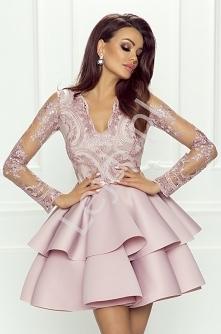 Zjawiskowa delikatna sukienka w kolorze pudrowego różu. Długie rękawy wykonan...
