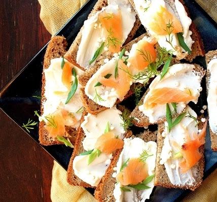 Chleb z łososiem i serkiem kozim