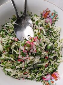 Składniki: 0,5 niewielkiej kapusty pekińskiej 3-4 cm jasnej części pora pęczek szczypiorku pół pęczka koperku kilka rzodkiewek 1 niewielki kiszony ogórek 3-4 liście świeżego lubczyku Sos: sok z połowy limonki 3-4 łyżki oliwy ok. 1/4 szklanki lekko gazowanej wody mineralnej sól, pieprz do smaku świeżo mielony czarny pieprz Przygotowanie: Bardzo drobno kroję kapustę i pora, przekładam do miski. Dodaję drobno posiekane: szczypiorek i koperek, pokrojone w cienkie paseczki rzodkiewki i listki lubczyku. Kiszonego ogórka kroję w drobną kosteczkę, dodaję do reszty warzyw. Sos: mieszam sos z limonki z wodą, doprawiam do smaku solą i cukrem - mieszam aż te się rozpuszczą. Wtedy dolewam oliwę, porządnie mieszam i polewam surówkę. Odstawiam na 15 minut, by smaki się połączyły.