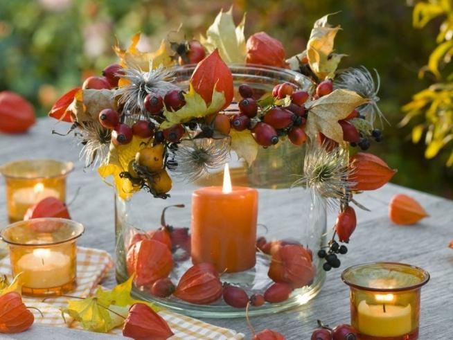 Lampion wykonasz z suszonych liści i owoców: miechunki, dzikiej róży albo głogu. Wystarczy nanizać je na nitkę za pomocą igły, a potem zawiązać wokół rantu.