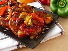 KARKÓWKA PIECZONA W KETCHUPIE Z CEBULĄ I PAPRYKĄ. Składniki: około 600 g karkówki 400 g ketchupu pikantnego 1 duża cebula 1/2 papryki czerwonej, zielonej i żółtej 2 ząbki czosnk...