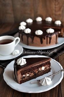 Składniki: Ciasto czekoladowe: 200g czekolady gorzkiej 4 jajka 125g masła lub margaryny 100g cukru 100g mąki pszennej 3 łyżeczki proszku do pieczenia Masa budyniowa: 3 żółtka 1,...