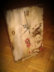 Zegar  stojacy z motywem japońskim.