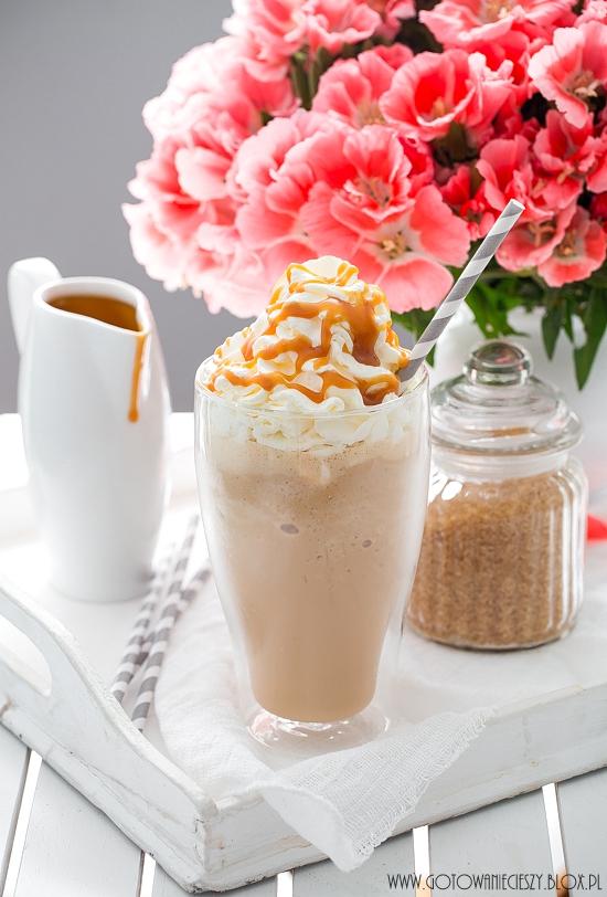 Frappuccino (jak ze Starbucksa) - przepis Składniki na jedną porcję (szklanka ok. 400 ml): * 2 pełne łyżeczki delikatnej kawy rozpuszczalnej lub 1 zimne espresso * 150 ml mleka * 1 spora gałka lodów waniliowych * 10 kostek lodu * bita śmietana * 1 spora łyżeczka sosu karmelowego (klik klik) Lód oraz kawę umieszczamy w malakserze i miksujemy. Do rozdrobnionego lodu dodajemy lody oraz mleko i miksujemy na najwyższych obrotach przez około 10 sekund. Kawę przelewamy do dużej szklanki, dekorujemy bitą śmietaną i polewamy sosem. Podajemy od razu.