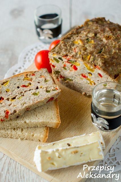 Składniki: kilogram mielonej wieprzowiny (można użyć też innego mięsa mielonego) 2 łyżeczki majeranku 1-2 łyżeczki soli 2 łyżeczki pieprzu około 6 łyżek bułki tartej 3 jajka 3 różnokolorowe papryki 1 cebula, pokrojona w kosteczkę 3 ząbki czosnku, przeciśnięte przez praskę Wykonanie: 1. Pokrój papryki w kosteczkę. 2. Pozostałe składniki wyrób na jednolitą masę. 3. Dodaj papryki. 4. Sporą keksówkę wyłóż papierem do pieczenia, natłuść i posyp bułką tartą lub mąką. 5. Przełóż masę mięsną do formy i przykryj wierzch papierem lub folią aluminiową. Pod koniec pieczenia można zdjąć folię, aby przypiekł się wierzch. 6. Piecz około godziny w piekarniku nagrzanym do 180-190 stopni C. 7. Upieczoną pieczeń można podawać na ciepło lub zimno, np. do kanapek. Smacznego :)