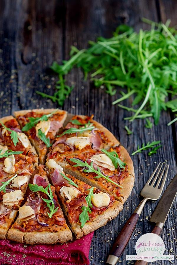 Pomidorowa pizza z kozim serem, szynką i rucolą