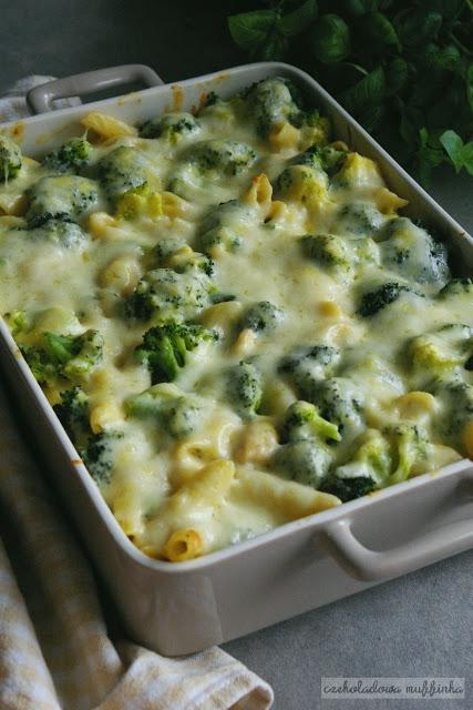 Zapiekanka makaronowa z brokułami i kurczakiem.