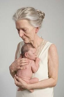 Babcia z wnukiem. Hiperrealistyczna rzeźba autorstwa Sama Jinksa. Sztuka nowoczesności.