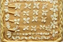 Mazurek kajmakowy z bakaliami - przepis babci Krysi       Ciasto:      300 g mąki     150 g masła     100 g cukru pudru     3 żółtka     300 g bakalii     200 g konfitury morelo...