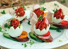 Łódeczki z jajek pomidorowych       5 jajek     1 słoiczek pomidorów suszonych     sól, pieprz     2 rzodkiewki     3 plastry szynki     natka, szczypior     1 kawałek papryki c...