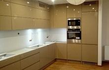 Piękna kuchnia w stonowanej, łagodnej stylistyce i o bardzo funkcjonalnym wyp...