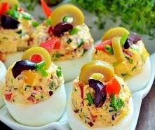 Jajka faszerowane z oliwkami * 6 jajek * 4 duże oliwki zielone * 6 oliwek ciemnych * 4 połówki suszonych pomidorów marynowanych w oleju * 1/2 czerwonej cebuli * 1/4 czerwonej pa...