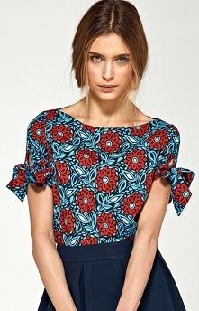 Nife B91 bluzka kwiaty Śliczna bluzka wykonana z delikatnego materiału w kolorowe kwiaty, z dekoltem w łódkę, bluzka posiada krótki rękaw z ozdobnymi wiązaniami