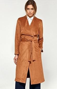 Nife pl05 płaszcz karmelowy Efektowny płaszcz damski wykonany z miękkiego materiału, świetna propozycja zarówno na wiosnę jak i na jesień, klasyczny fason świetnie będzie współg...