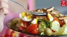 Składniki (3 porcje): główka sałaty lodowej 300 g filetów z kurczaka Papirus paprykowy Winiary 2 jajka ogórek 2 pomidory czerwona papryka oliwki (u mnie zielone) szczypiorek Sał...