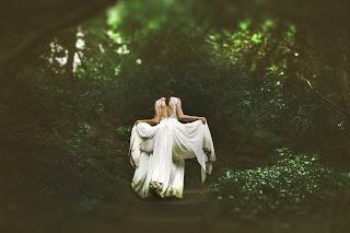 Oszczędność w organizacji ślubu i wesela. W poście pomysły na oszczędność na sukni ślubnej.