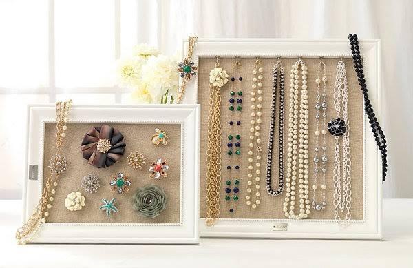Jest wiele sposobów na wykorzystanie ram. Co powiecie na takie?? Nasza biżuteria nie musi być zamknięta w pudełeczkach, szkatułkach. Może w interesujący sposób ozdabiać naszą garderobę:)