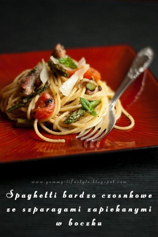 Bardzo czosnkowe spaghetti ze szparagami zapiekanymi w boczku.