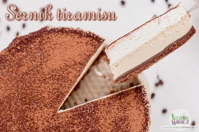 Sernik tiramisu  – 160g herbatników kakaowych – 30g roztopionego masła Masa serowa:  – 500g twarogu tłustego zmielonego dwukrotnie (ewentualnie ser z wiaderka ale dobrej jakości) – 250ml śmietany kremówki 36% – 3 łyżeczki kawy rozpuszczalnej – 3 duże jajka – 3/4 szklanki drobnego cukru do wypieków – 2 łyżki amaretto – 3 łyżki mąki pszennej Krem śmietankowy z amaretto:  – 150g serka mascarpone – 400ml śmietany kremówki 36% – 3 łyżki likieru amaretto – 3 łyżki cukru pudru Przed wykonaniem kremu serek i śmietana winny być mocno schłodzone. Zaczynamy od wykonania spodu sernika. Ciasteczka i roztopione masło wrzucamy do malaksera bądź blendera i miksujemy na jednolitą masę. Taka masa powinna wyglądać jak mokry piasek. Następnie masę przekładamy do tortownicy (forma 23-24 cm) wyłożonej papierem do pieczenia i wyrównujemy dociskając do dna formy. Wkładamy do lodówki na 30 minut.  Zanim zaczniemy, wszystkie składniki powinny być w temperaturze pokojowej. Najpierw śmietanę kremówkę przelewamy do garnuszka i dodać do niej mieloną kawę.  Podgrzewamy aż kawa się rozpuści ale nie doprowadzamy do zagotowania śmietany. Gdy kawa się rozpuści ściągamy garnek z palnika i zostawiamy do ostygnięcia – tak aby śmietana miała pokojową temperaturę. Kiedy śmietana przestygnie w misie miksera umieszczamy twaróg, śmietanę z kawą, cukier, jajka, amaretto, mąkę i miksujemy do połączenia się składników. Aby sernik nie wyrósł a później opadł staramy się miksować jak najkrócej żeby nie napowietrzyć masy.  Przygotowaną masę przelewamy na wyłożony spód i pieczemy w temperaturze 150 stopni (grzałka góra/dół) przez ok. 45 minut (lub troszkę dłużej) aby powierzchnia sernika była ścięta i lekko wypieczona. Po upieczeniu wyjmujemy sernik, studzimy, a następnie schładzamy w lodówce. Wykonanie kremu śmietankowego  Wszystkie składniki umieszczamy w misie miksera i ubijamy aż powstanie gęsty krem, który wykładamy na schłodzony sernik. Wyrównujemy i wkładamy do lodówki aby krem nieco stężał.  Gotowy sernik ti