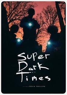Fabuła filmu Super Dark Times skupia się na czwórce przyjaciół, którzy po szkole wybierają się na przechadzki do lasu, gdzie pewnego razu dochodzi do tragedii. Chłopcy poprzysię...
