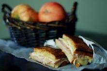Zapiekana kanapka z jabłkiem, szynką i cheddarem