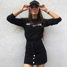 Modna stylizacja z czarną spódnicą