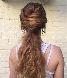 Kok francuski z rozpuszczonymi włosami