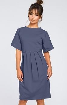 BE B045 sukienka niebieska Dzianinowa sukienka, wykonana z jednolitej dresowej dzianiny, przód ozdobiony zakładkami