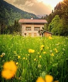 Dom w pięknej farmie, w której człowiek żyje w tych malowniczych krajobrazach