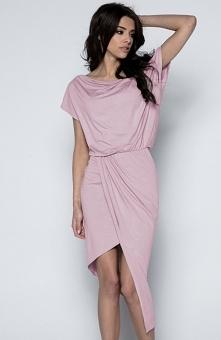 Fobya F499 sukienka pudrowy róż Efektowna sukienka o asymetrycznym fasonie, wykonana z lekkiej jednolitej dzianiny, z przodu rozcięcie eksponujące nogi