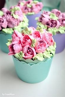 Wiosenne babeczki z dekoracją na bazie mascarpone i kremówki. Przepis na ciasto jak zwykle od niezawodnych Moich Wypieków (Babeczki cytrynowe z puszystym kremem cytrynowym) - zm...
