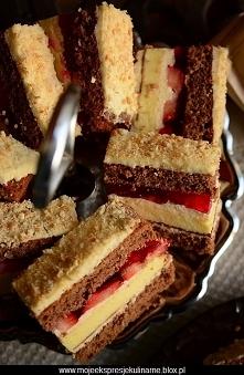 Ciasto przekładane kakaowo - serowe z truskawkami  Składniki na biszkopt:   ...