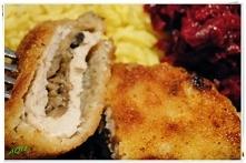 Schabowe z pieczarkami i żółtym serem.