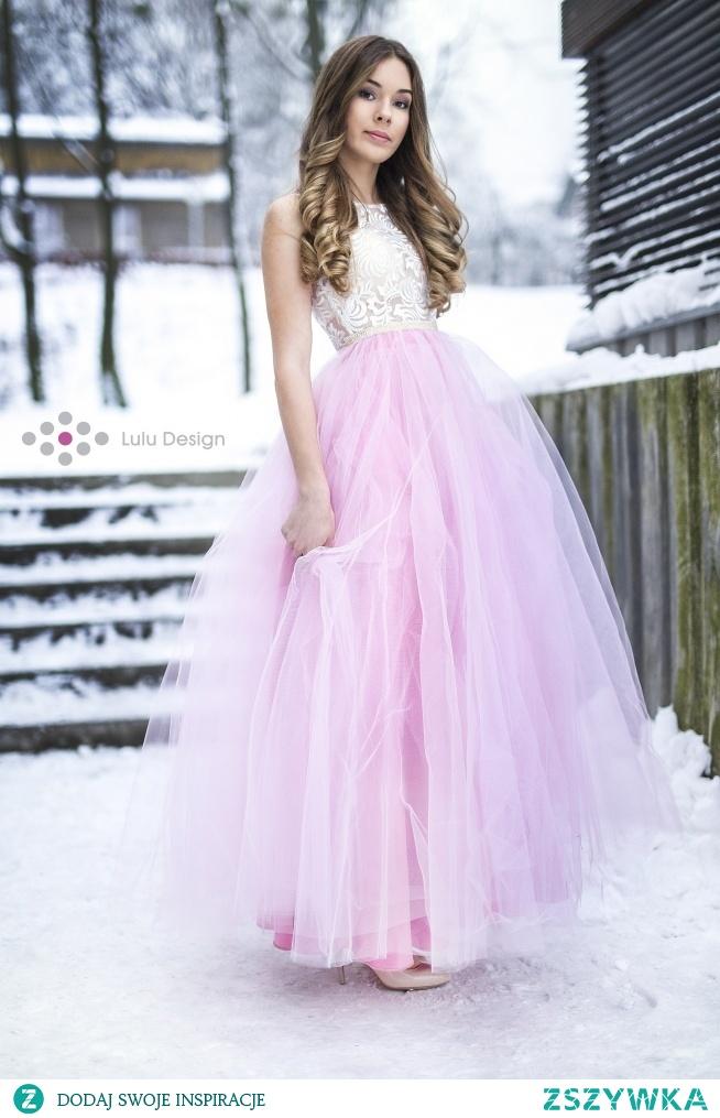 Piękna suknia z tiulowym dołem i koronką naszywaną na siatkę, odcinana pasem z koralików. Tiul w kolorze pudrowego różu, posiada satynową podszewkę. Góra z kremowej koronki z delikatnymi cekinami. Zapinana na zamek. Suknia marki Lulu Design szyta na miarę.