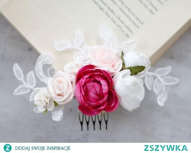 Piękny grzebyk ślubny, wykonany z kwiatów i cudownej koronki ślubnej.  Ozdoba dostępna w sklepie online Madame Allure!