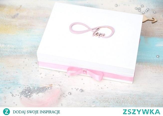 Wyjątkowe pudełko na ślubne obrączki z symbolem nieskończoności, połączonym z napisem LOVE. Pudełeczko w kolorze białym zawiera poduszeczki na obrączki - możliwe wykonanie w innej kolorystyce!  Pudełeczko dostępne jest w sklepie online Madame Allure!