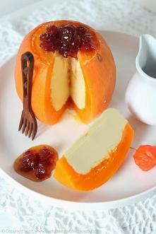 Dynia z kokosowym nadzieniem: (wg przepisu Sangkhaya Phak Thong) 1 mała dynia, 150 ml mleka kokosowego, 1/3 szklanki cukru, 4 jajka, szczypta soli Z jednego końca dyni odciąć ni...
