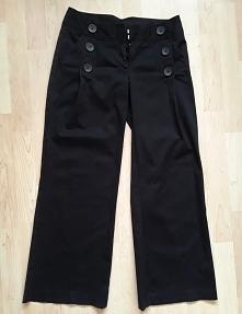 Spodnie czarne typu bojówki wysoki stan rozmiar 36 Dunnes Stores 15 zł! 2 kieszenie głębokie z przodu, 2 fikcyjne z tyłu, patka z klamrą  ozdobne guziki  kolor czarny, wytłaczan...