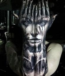 tatuaże 3d twarz na dłoniach