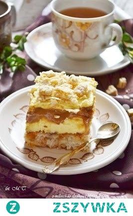 Ciasto Princessa z karmelem foremka 23x33 cm Biszkopt: 6 białek , 200g wiórków kokosowych, 100g cukru, szczypta soli, 50g płatków migdałowych, 3 wafle Princessa kokosowe (37g każda). Białka ubić na sztywno z dodatkiem soli. Następnie, stale ubijając, stopniowo dodawać cukier. Dodać wiórki kokosowe oraz płatki migdałowe, delikatnie wymieszać szpatułką. Na sam koniec dodać posiekane wafelki. Wymieszać. Ciasto przelać do formy o wym. 23x33cm wyłożonej papierem do pieczenia. Piec około 30 minut w temp. 170st. Ostudzić. Krem: 2 szklanki mleka, 6 żółtek, 300g śmietany 30%, 100g cukru, łyżka mąki pszennej, 3 łyżki mąki ziemniaczanej, 220g masła lub margaryny. W 3/4 szklanki mleka rozrobić żółtka oraz obydwie mąki. Dokładnie rozmieszać, by nie było żadnych grudek. Resztę mleka zagotować wraz ze śmietaną 30% i cukrem. Na gotujące się mleko wlać rozrobione mąki, stale mieszając, gotować na małym ogniu, aż masa zgęstnieje. Przestudzić. Miękkie masło utrzeć na gładką masę, stale ucierając, dodawać po łyżce zimnej masy budyniowej. Dodatkowo: opakowanie podłużnych biszkoptów, puszka masy krówkowej ( 400g, użyłam Helio ), 2 Wafle Princessa kokosowe (po37g każda). Na cieście rozsmarować 2/3 masy, ułożyć biszkopty, jeden obok drugiego. W szparach między biszkoptami rozsmarować masę krówkową. Wyłożyć resztę kremu i posypać posiekanymi wafelkami. Ciasto przechowywać w lodówce.