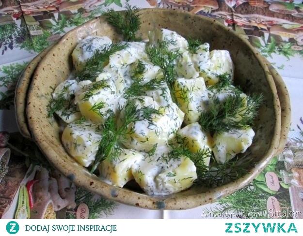 Ziemniaki w śmietanie z koperkiem - przepis ze Smaker.pl  Zdrowe i smaczne ziemniaki na obiad,. Składniki  Ziemniaki 0,5 kg 1 szklanka kwaśnej śmietany 1 pęczek koperku sól i pieprz do smaku  1-2 os. 30 min łatwe tanie Przygotowanie  Wykonanie: Ziemniaki obrać, pokroić na ćwiartki i ugotować w osolonej wodzie. Następnie odcedzić, wlać śmietanę, posypać połową posiekanego koperku, potrząsnąć garnkiem i pozostawić na gorącej płycie przez chwilę pod przykryciem. Wyłożyć na talerz, posypać resztą koperku i podawać z maślanką.