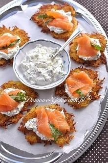 Składniki na ok. 4 porcje:  1 kg ziemniaków 1 cebula 2 jajka 2 łyżki mąki ziemniaczanej sól, pieprz Dip:  100g serka kremowego 5 łyżek gęstego jogurtu typu greckiego garść sałat...