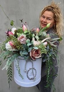 box z kwiatami sztucznymi w...