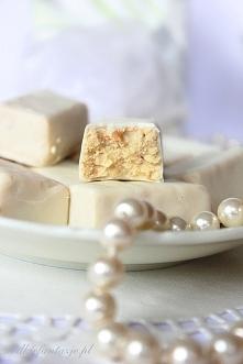 Cukierki a'la Białe Michałki 150 g białej czekolady ¾ szklanki mleka masła ⅓ szklanki cukru cukru wanilinowego 3 szklanki mleka w proszku 100 g pokruszonych herbatników (op...