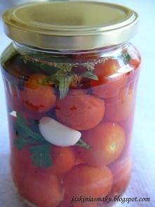 Składniki: 1 kg pomidorów koktajlowych czosnek liście laurowe gałązka świeżego oregano gałązka natki pietruszki ziarna czarnego pieprzu Zalewa: ok 1 litr wody 1,5 łyżeczki soli ...