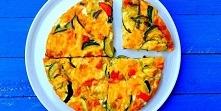 Pieczony omlet z warzywami, szynką  i serem  4 jajka  ½ papryki żółtej lub pomarańczowej  1 cebula czerwona  ½ cukinii  4 plasterki szynki lub wędzonego boczku  4 plasterki sera...