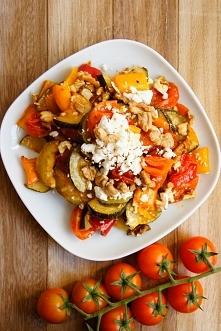 Sałatka z pieczonych warzyw z fetą i orzechami (6 składników)