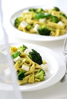 Makaron z awokado i brokułami