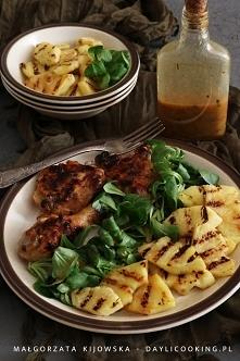 Kurczak marynowany w sosie winegret, z dodatkiem sałaty i grillowanego świeżego ananasa. Danie na grilla.