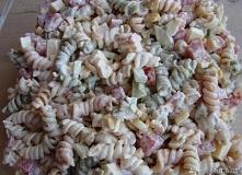 Sałatka makaronowa  doskonale sprawdza się jako dodatek do dań z grilla a zimą jako samodzielne, lekkie danie Składniki  makaron papryka czerwona 1 szt ogórek zielony 1 szt kuku...